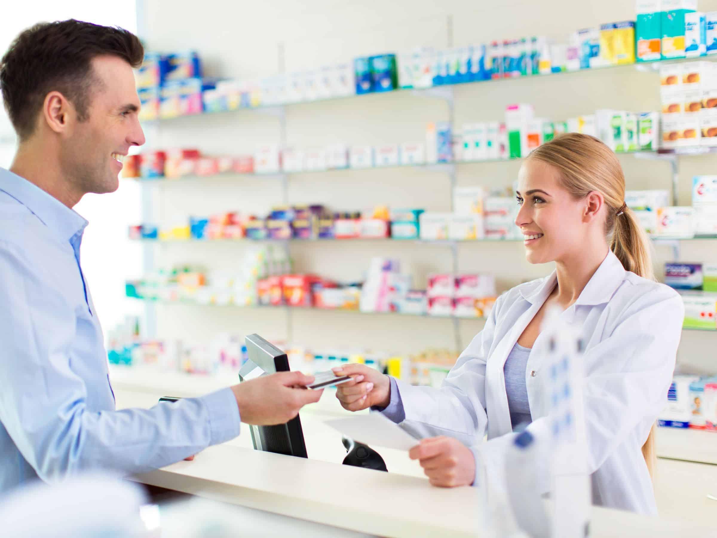 Membeli-obat-di-toko-obat-resmi