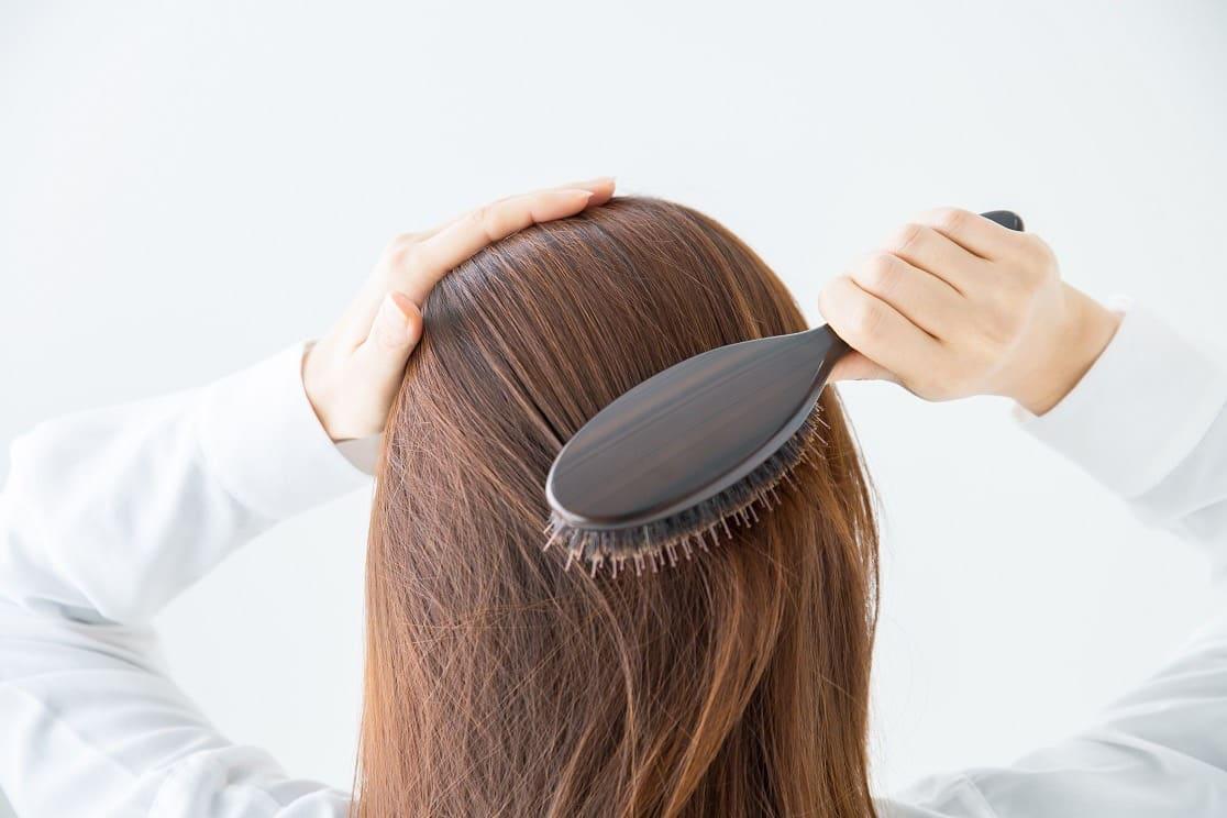 Sisir-rambut-menggunakan-sisir-renggang