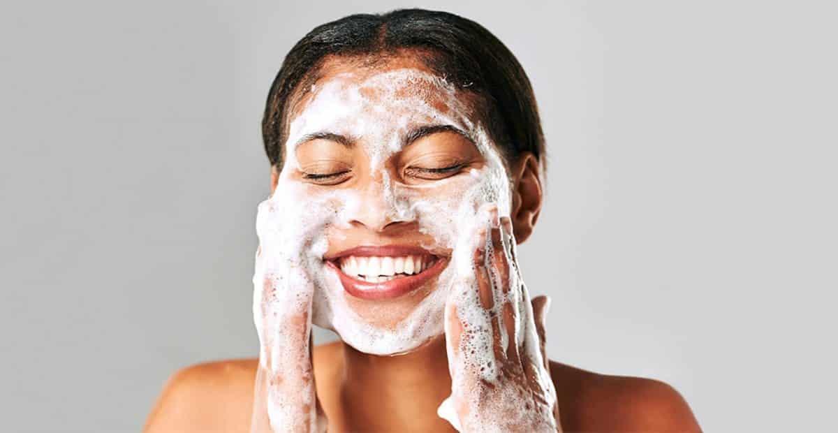 Cara-Memilih-Facial-Wash-Terbaik-untuk-Wajah-Berminyak