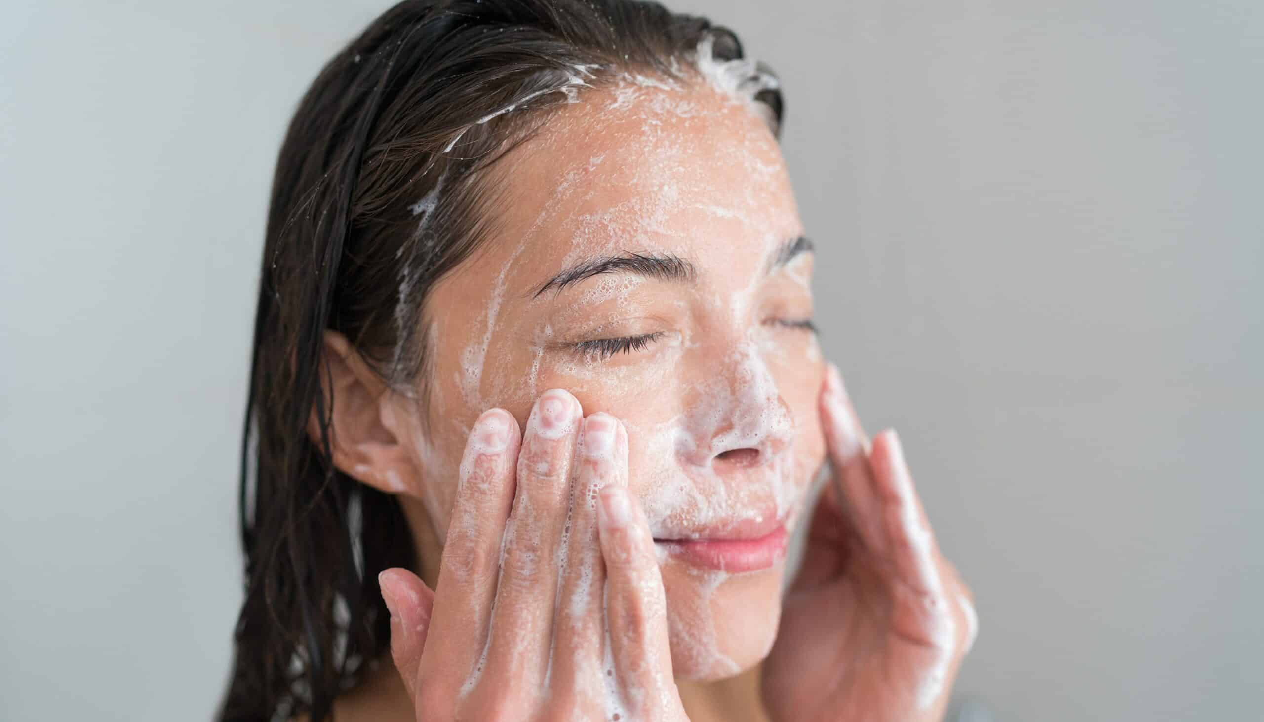 Tips-Memilih-Facial-Foam-untuk-Kulit-Sensitif-scaled
